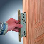 Как врезать замок в деревянную дверь