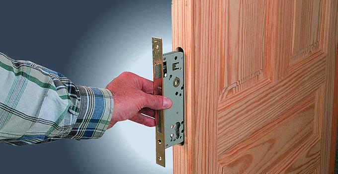 kak-vrezat-zamok-v-derevyannuyu-dver